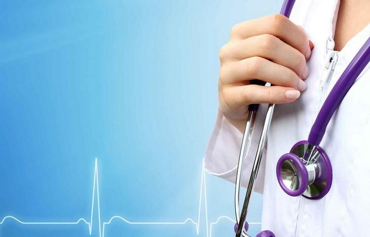 врач с фонендоскопом
