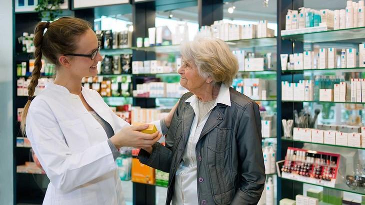 фармацевт и женщина