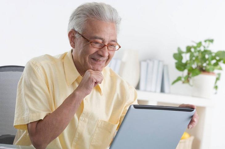 пенсионер и планшет