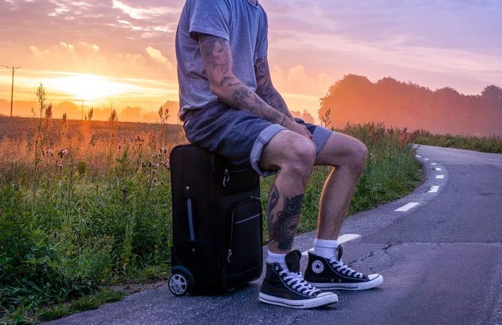 мужчина на чемодане
