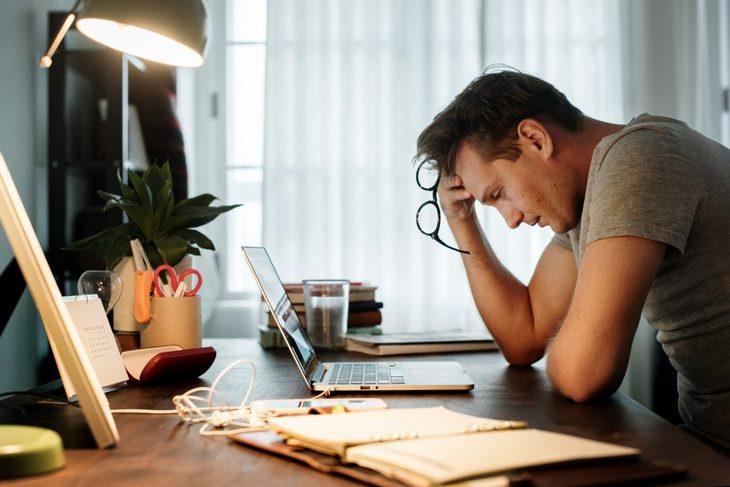 мужчина в стрессе