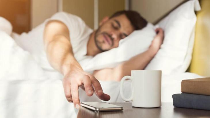 мужчина просыпается