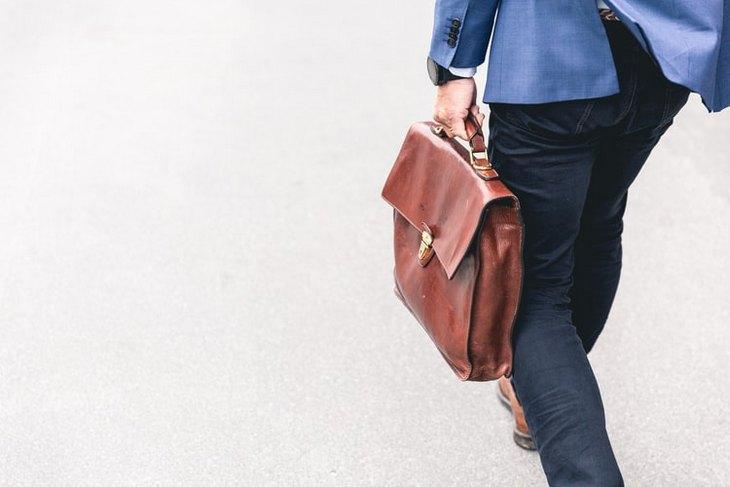 мужчина с портфелем