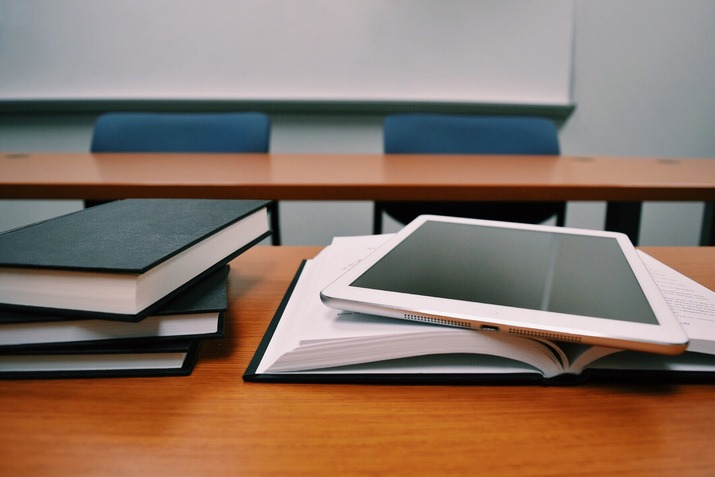 книги и планшет